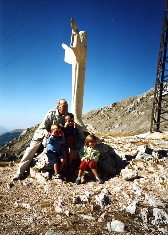Agosto 2001: L'artista con i nipoti ai piedi della statua