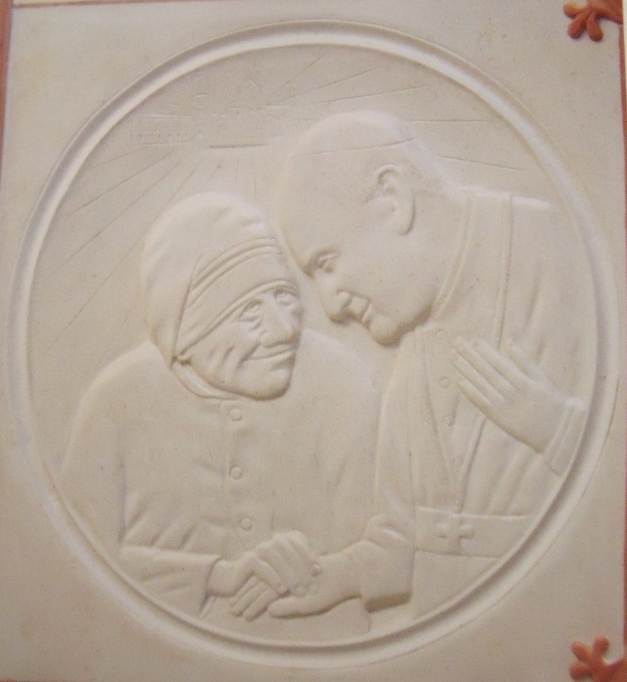 Madre Teresa e mons. Angelo Comastri, pietra calcarea spagnola