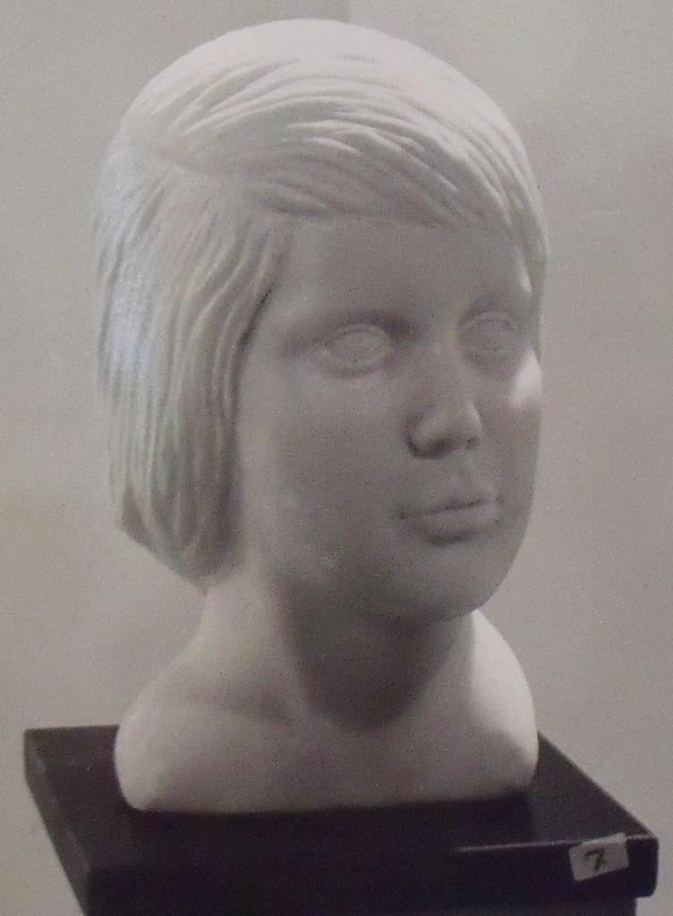 Busto bambina, marmo, 1975