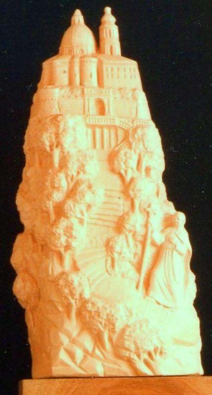 La scultura su pietra rosa del Conero raffigura il Pontefice sui gradini della Scala Santa che sale verso il Santuario di Loreto