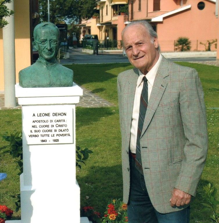 L'artista accanto al busto di P. Leone Dehon, bronzo, Villa Musone di Loreto 2006
