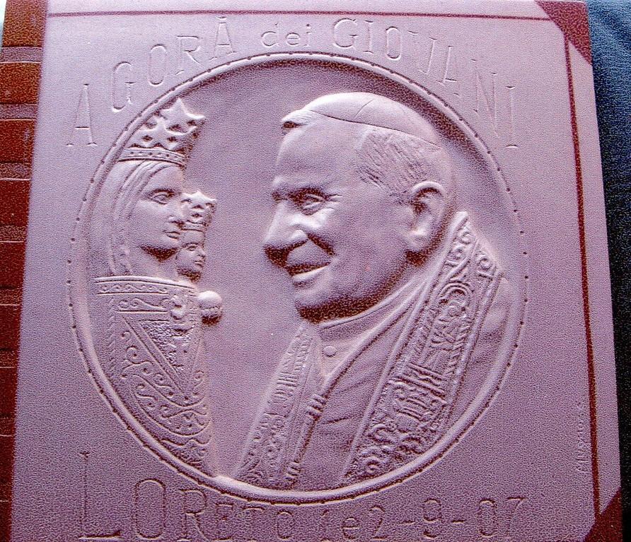 Papa Benedetto XVI, bassorilievo in pietra calcarea spagnola, 2007