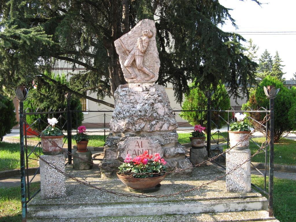 Monumento ai caduti, in pietra calcarea,  Villa Musone di Loreto 1984