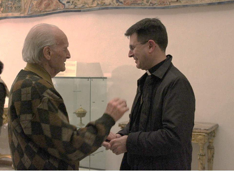 L'artista con il vescovo di Loreto Mons. Fabio Dal Cin