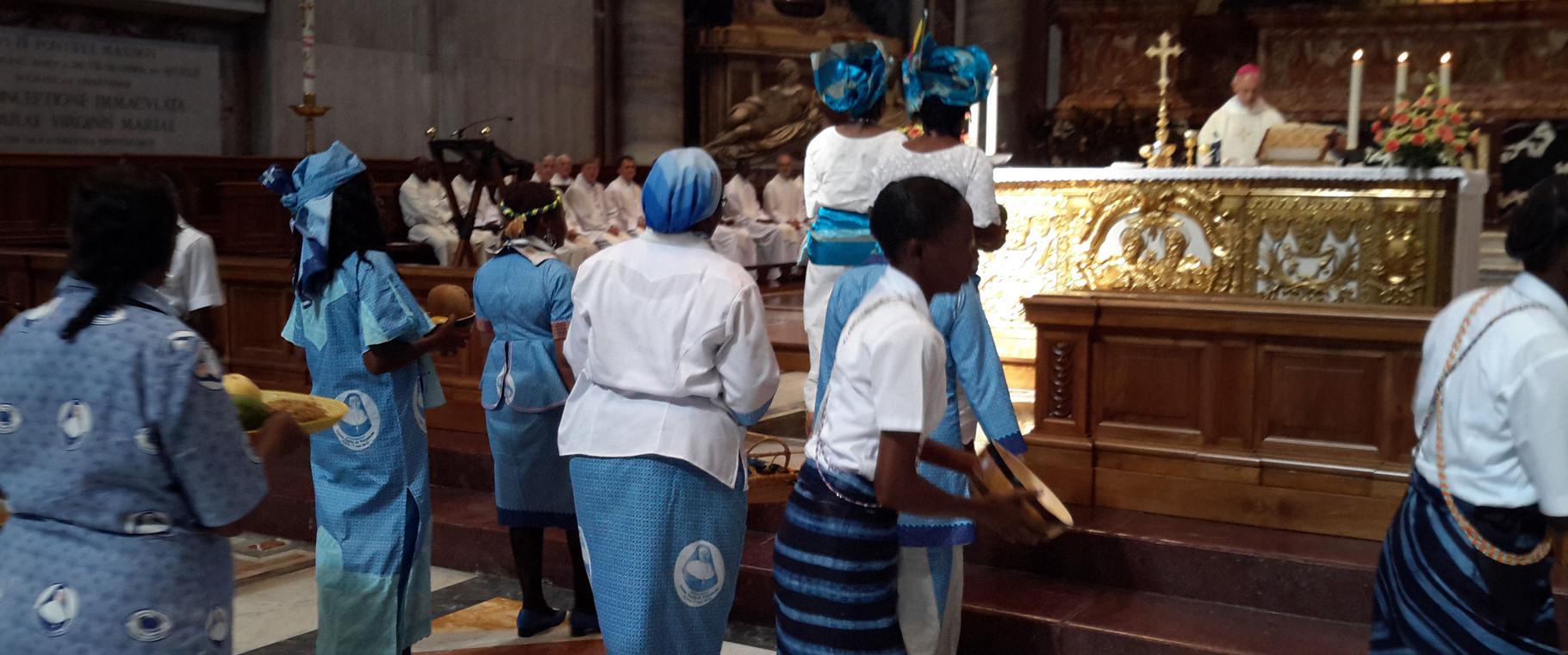 Ofertorio de la misa de Acción de Gracias en el Vaticano.