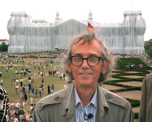 Christo wurde am 13. Juni 1935 als Christo Wladimirow Javacheff in Gabrowo (Bulgarien) geboren. Das Foto zeigt den Verhüllungskünstler vor seinem wohl bekanntesten Projekt, den deutschen Reichstag in Berlin