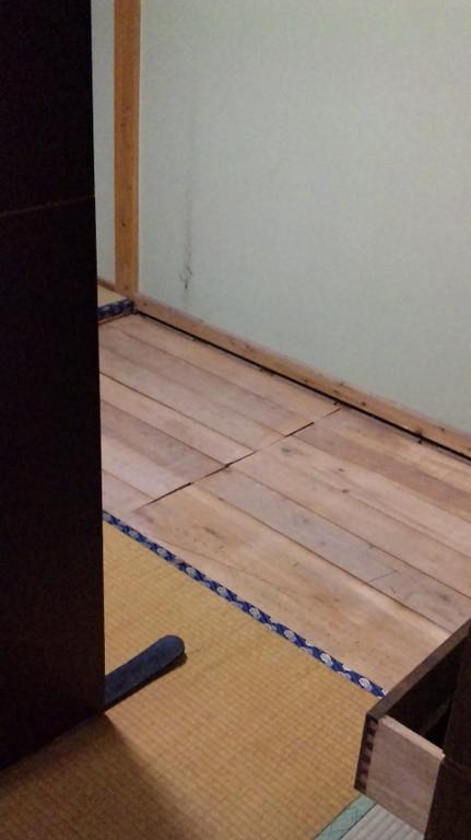 タンスの下の床板です。たいへん綺麗で傷んでいません。