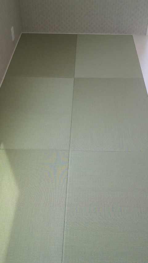 細長い小上がりの畳スペース