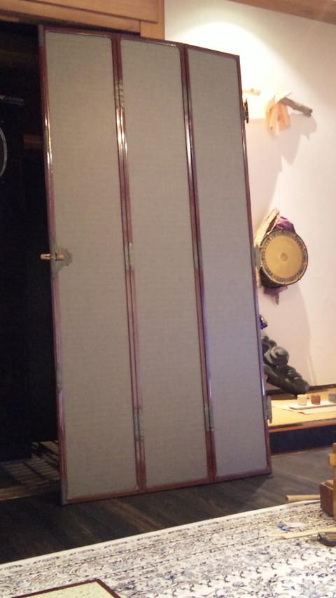 仏間の三枚折れ戸の張替えです。