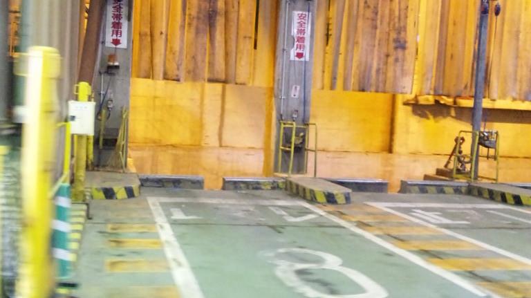 内部は捨てるゴミによって車をつける場所が番号で決まっています。