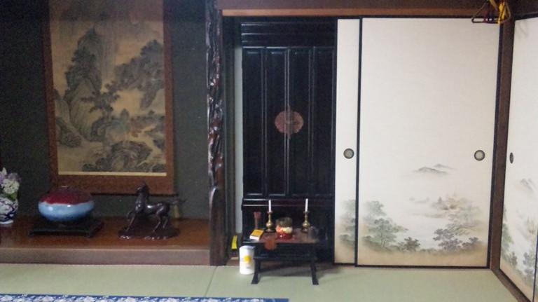 立派なお仏壇と床の間です。