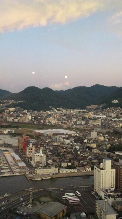 まだ明るいですがお月様が・・・満月です。