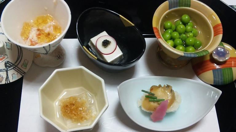 前菜 あわびずし 新緑豆ふくませ 蟹三彩 白だつ胡麻浸し 美味豆腐 キャビア・ラディッシュ