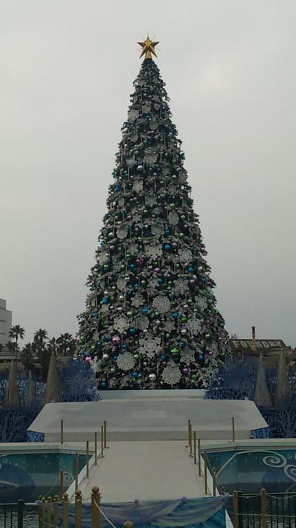 パーク中央の数10mのクリスマスツリーイルミ
