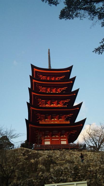 豊国神社の五重塔・・・朱色に輝いています。