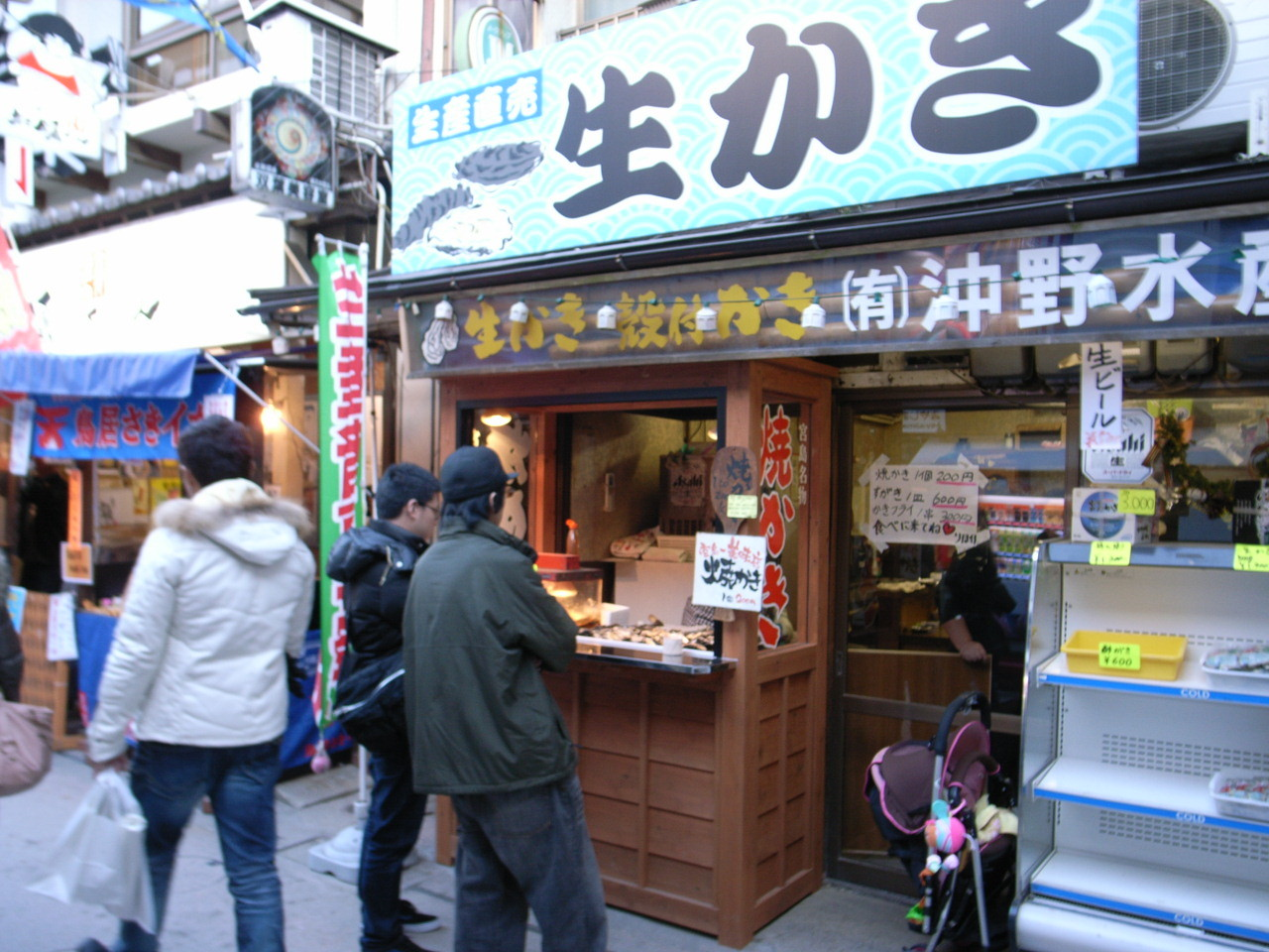 参道のカキ焼き・生カキが手軽に味わえる。