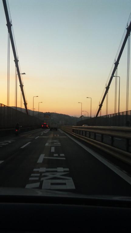 夕焼けの若戸大橋、通過中