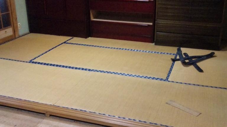 ワラ床で裏の糸もきれて厚みも薄くなっています。