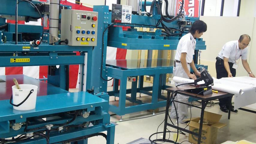 最新の機械、いやロボットが展示・実演されています・