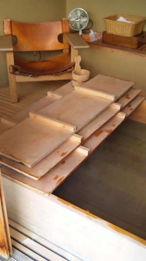 ふたも檜で精巧に造られています