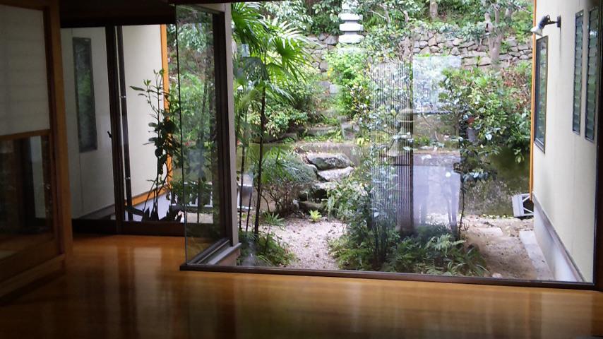 玄関からの内庭