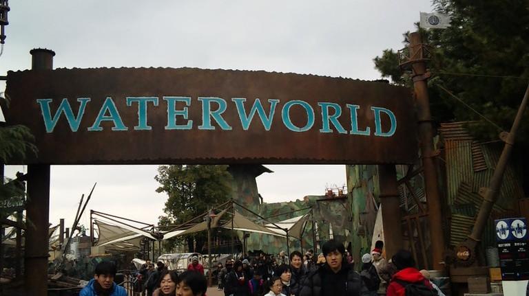 真冬に水のショー、ウォ―タ―ワールド・・・ご苦労様です。