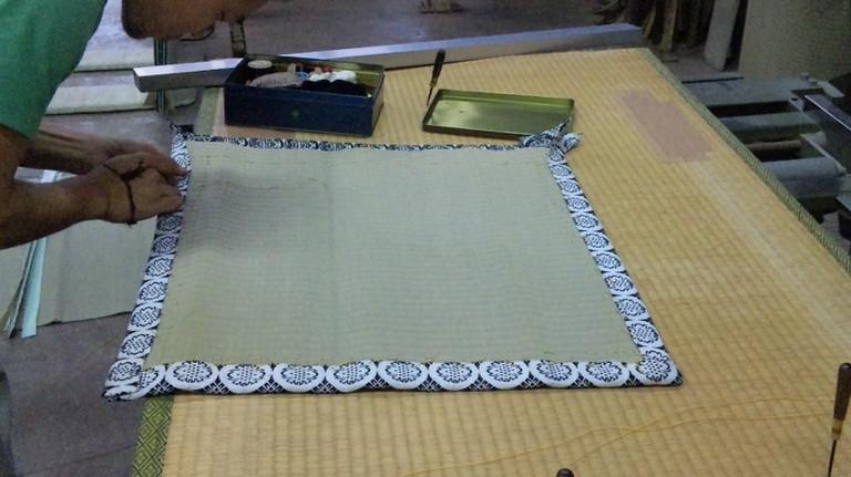 針と糸で・・・お裁縫ですね。