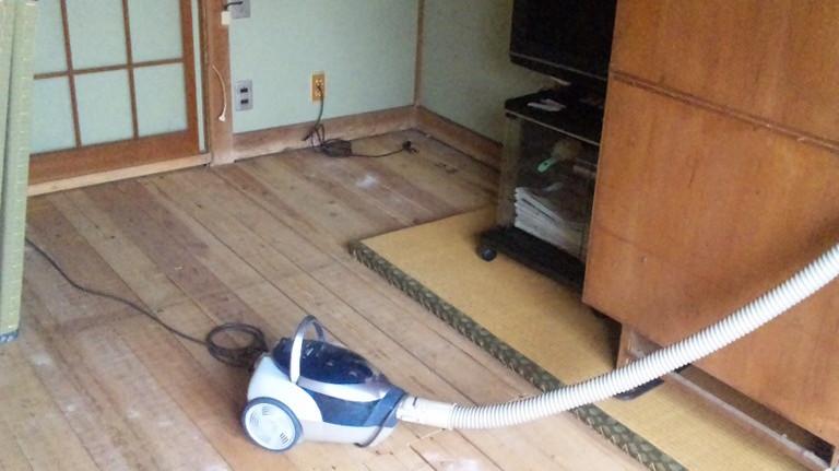 十数年ぶりの床上げです、掃除機かけて・・・・・