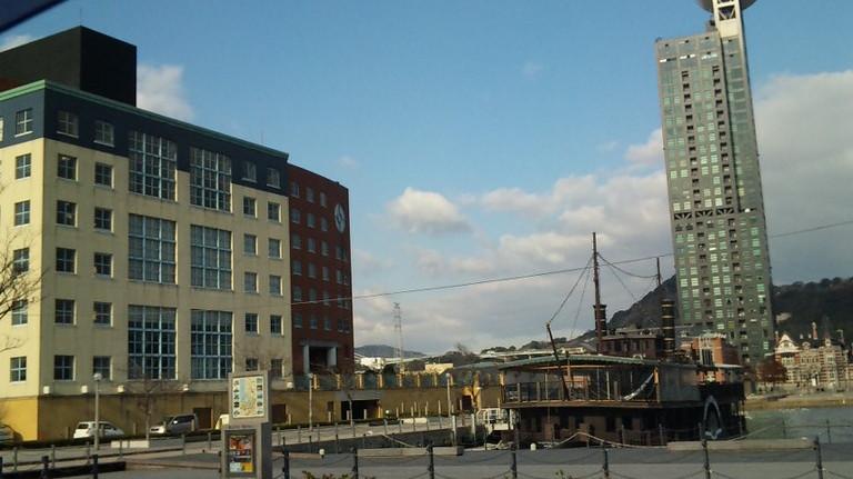 門司港のタワーマンションと水上レストラン