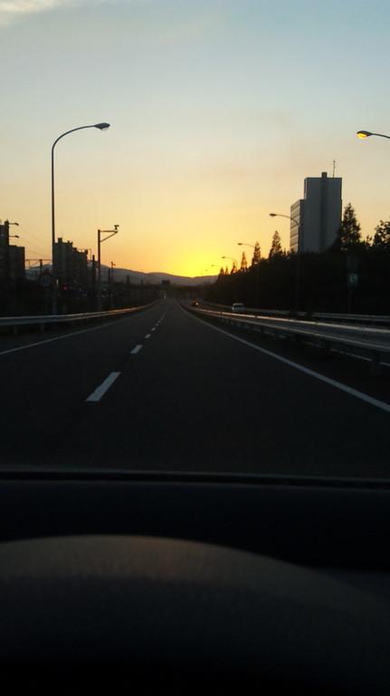 都市高速で一路、若松区へ・・・