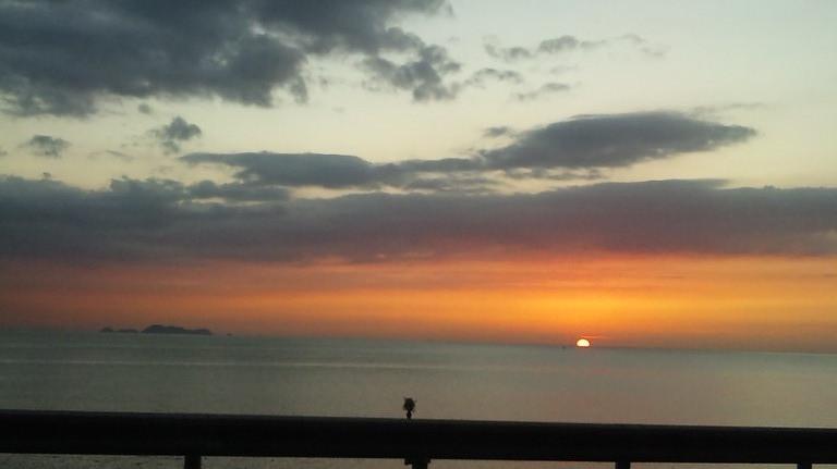 だんだんと夕日が・・・沈んでいきます。