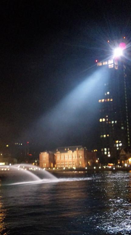 レトロハイマートの展望室から照明が・・・噴水を照らします。旧門司税関もライトアップ