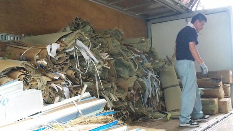 処分ゴミもトラックいっぱいになります。TAKEDAの倉員さん。