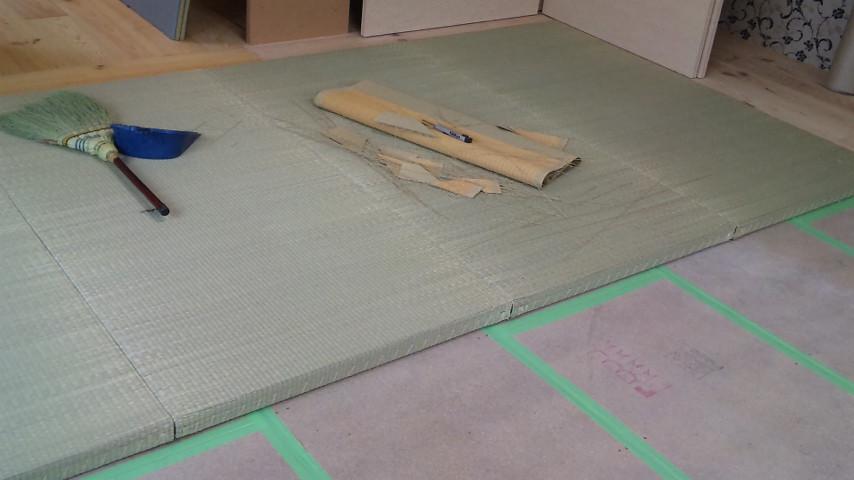 一枚づつ敷居の高さを調整しつつ敷き込んでいきます。