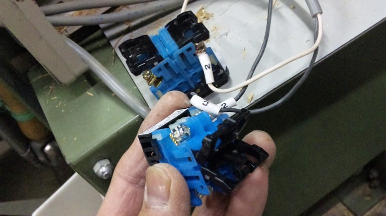 間違えないように4か所、配線します。しっかり絞めこまないと、接触不良で焼焦げますのでご注意を!