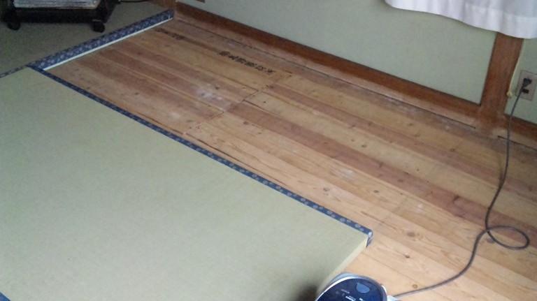 家具を移動しながら・・・・敷きこみます。