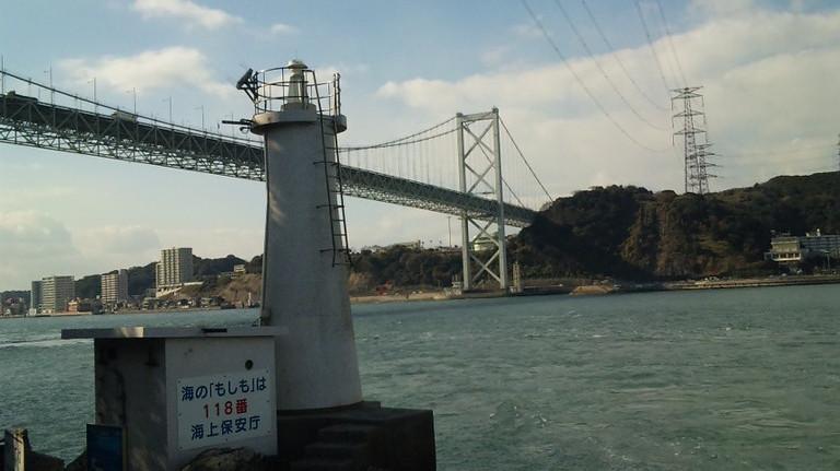 関門橋下の灯台