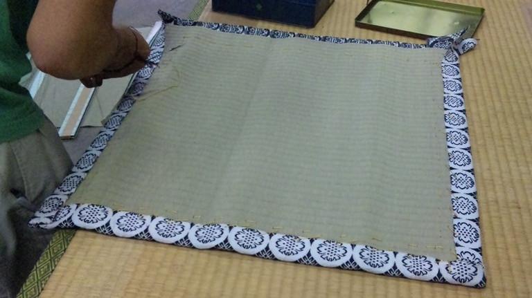 四方にへりを縫いつけていきます。