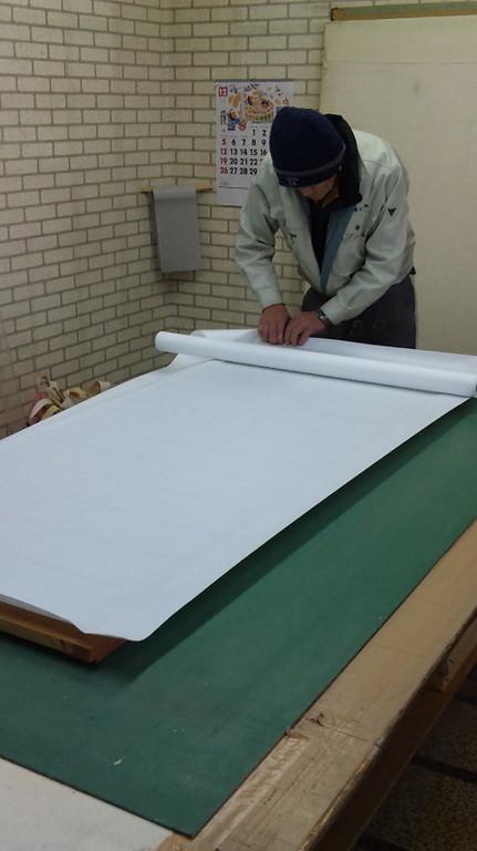 最後にカットし枠に紙をなじませながら貼ります