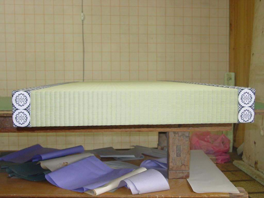 普通の畳、二枚分の厚みです