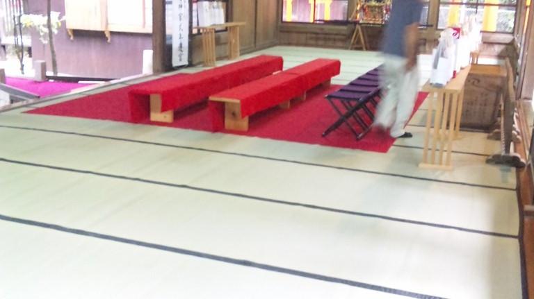 カーペット敷く前にシワを整えます。