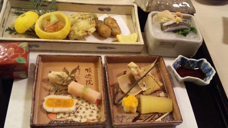 先付 小鰯洗い・穴子三味焼き・牡蠣フライ・焼き胡麻豆腐