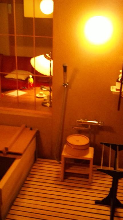 露天風呂も付いていますが内風呂も檜風呂。