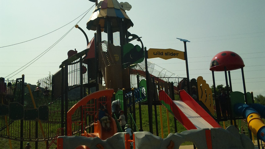 子供が喜ぶ、巨大な滑り台が・・・・