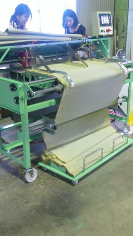 畳表を長さを揃えてカットしていく機械
