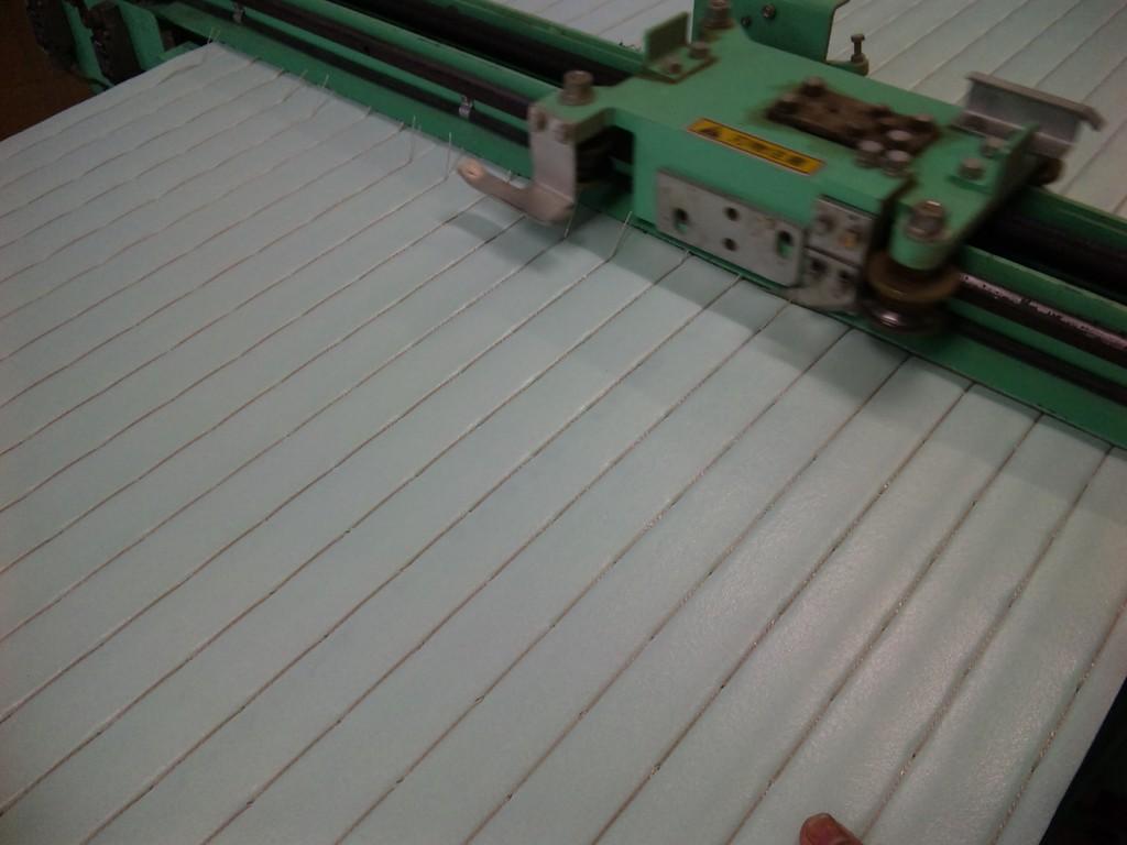 機械で中身の床を半分にカットします。