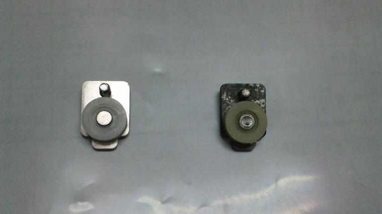 右が古い戸車、左が新品。壊れてれば交換です。