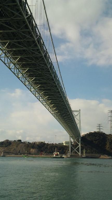 関門橋をくぐります