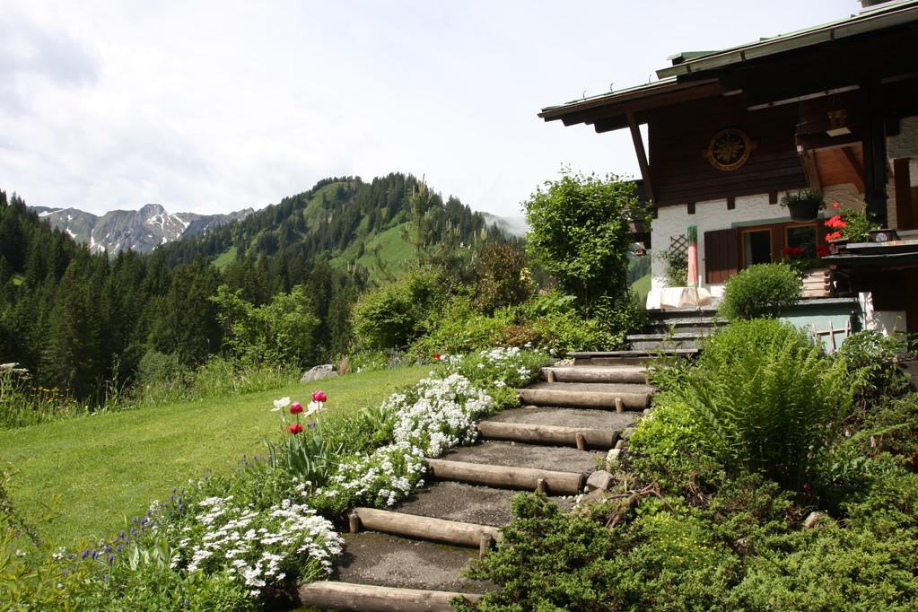 Haus Erika – Frühling am Haus