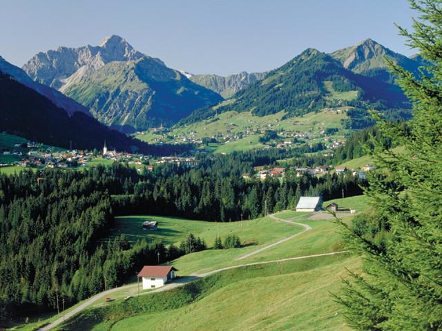 Das Kleinwalsertal mit dem Widderstein (2.536 m), dem höchsten Berg des Tales